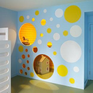 Ispirazione per una stanza dei giochi eclettica con pavimento verde e pareti multicolore
