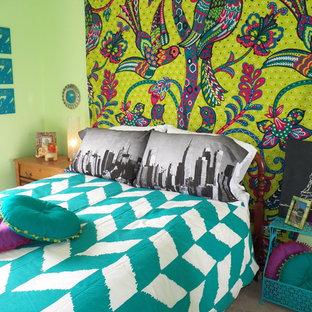 Imagen de dormitorio infantil bohemio con paredes verdes