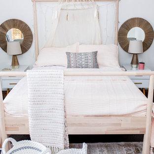 Imagen de dormitorio infantil de 4 a 10 años, de estilo americano, de tamaño medio, con paredes blancas, suelo de madera oscura y suelo marrón