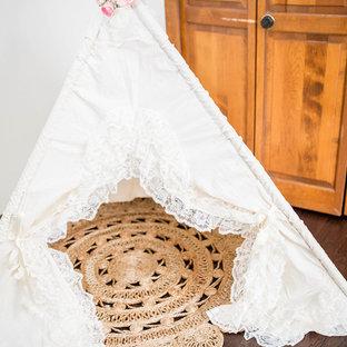 Idéer för att renovera ett mellanstort amerikanskt flickrum, med vita väggar, mörkt trägolv och brunt golv