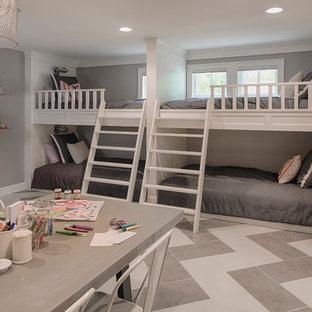 Inspiration för ett mellanstort vintage könsneutralt barnrum kombinerat med sovrum och för 4-10-åringar, med grå väggar, flerfärgat golv och klinkergolv i porslin