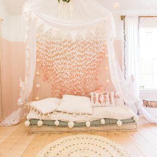 Идея дизайна: детская в скандинавском стиле с розовыми стенами и светлым паркетным полом для девочки