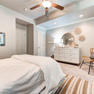 Ejemplo de dormitorio infantil pequeño con paredes grises y moqueta