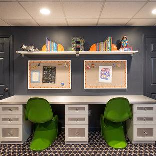 Immagine di una cameretta per bambini da 4 a 10 anni tradizionale di medie dimensioni con moquette e pareti blu