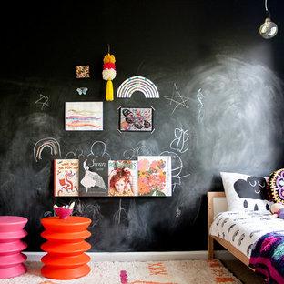 Inredning av ett modernt flickrum kombinerat med sovrum och för 4-10-åringar, med svarta väggar