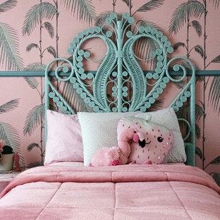 Immagine di una piccola cameretta per bambini da 4 a 10 anni tropicale con pareti rosa
