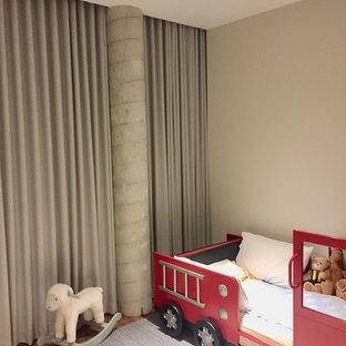 Foto de dormitorio infantil minimalista, grande, con paredes beige, moqueta y suelo gris