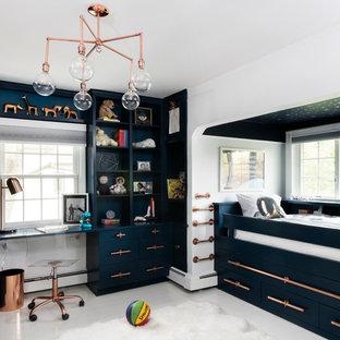 Idée de décoration pour une chambre d'enfant de 4 à 10 ans design de taille moyenne avec un mur blanc, un sol en bois peint et un sol blanc.
