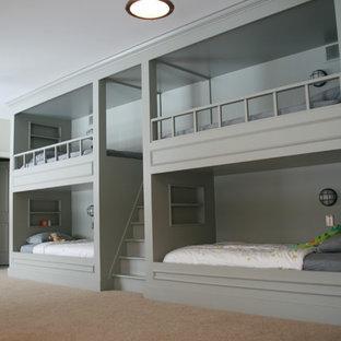 他の地域のトラディショナルスタイルの子供部屋の寝室の画像 (グレーの壁、カーペット敷き、児童向け)