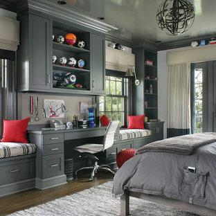 Immagine di una grande cameretta per bambini classica con pareti grigie e parquet scuro