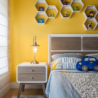 Bild på ett mellanstort funkis pojkrum kombinerat med sovrum, med beige väggar och plywoodgolv