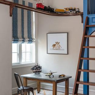 Ispirazione per una cameretta per bambini mediterranea con pareti grigie, parquet scuro e pavimento marrone