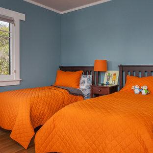 Idee per una cameretta per bambini da 4 a 10 anni stile americano di medie dimensioni con pareti blu e pavimento in legno massello medio