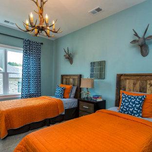 Idéer för rustika tonårsrum kombinerat med sovrum, med blå väggar och heltäckningsmatta