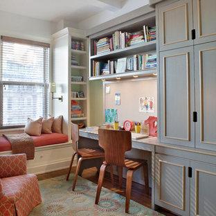 Esempio di una cameretta per bambini da 4 a 10 anni chic di medie dimensioni con pareti beige e pavimento in legno massello medio