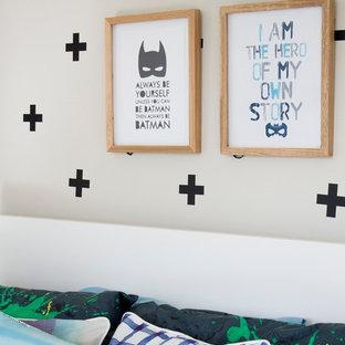 Bild på ett stort funkis barnrum kombinerat med sovrum, med beige väggar och ljust trägolv