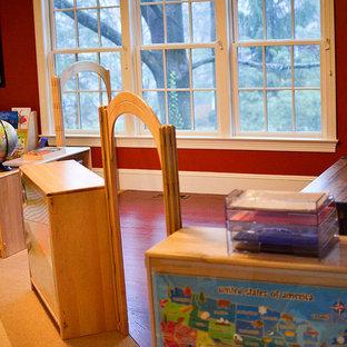 Réalisation d'une chambre d'enfant de 4 à 10 ans tradition de taille moyenne avec un mur rouge et moquette.