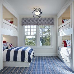 Exemple d'une grand chambre d'enfant de 4 à 10 ans bord de mer avec moquette, un mur gris et un sol bleu.