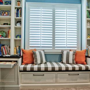 Idéer för ett klassiskt könsneutralt barnrum kombinerat med skrivbord, med blå väggar och heltäckningsmatta