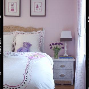 Esempio di una cameretta da bambina bohémian con pareti rosa