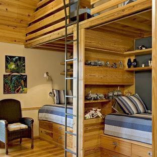 Ispirazione per una cameretta per bambini da 4 a 10 anni country con pareti gialle e pavimento in legno massello medio