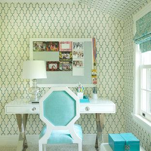 Modelo de dormitorio infantil clásico renovado con escritorio, paredes azules y moqueta