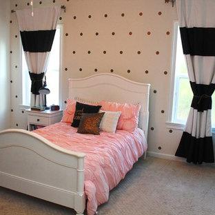 Immagine di una cameretta per bambini eclettica di medie dimensioni con pareti grigie, moquette e pavimento beige