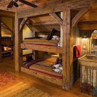 Neutrales Rustikales Kinderzimmer mit Schlafplatz und braunem Holzboden in Sonstige
