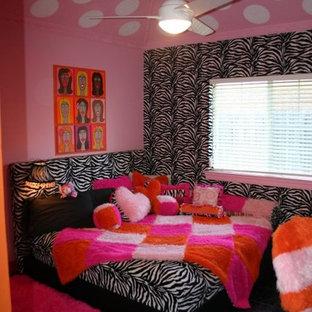Cette photo montre une chambre d'enfant éclectique de taille moyenne avec un mur rose et un sol en linoléum.