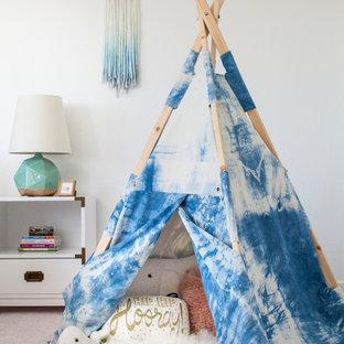 Idéer för ett mellanstort klassiskt flickrum kombinerat med sovrum, med vita väggar, heltäckningsmatta och rosa golv