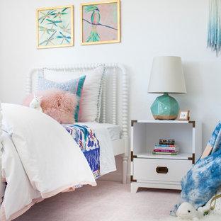 Esempio di una cameretta per bambini da 4 a 10 anni tradizionale di medie dimensioni con pareti bianche, moquette e pavimento rosa