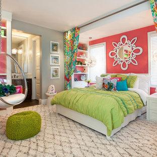 Пример оригинального дизайна: большая детская в стиле современная классика с спальным местом, ковровым покрытием, разноцветными стенами и разноцветным полом для подростка, девочки