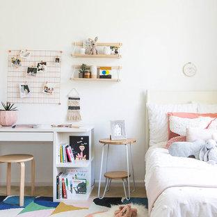 Inspiration för ett litet minimalistiskt barnrum kombinerat med sovrum, med vita väggar, heltäckningsmatta och beiget golv