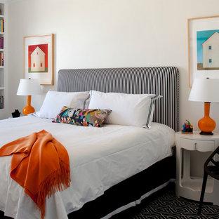 Exempel på ett stort modernt barnrum kombinerat med sovrum, med beige väggar, heltäckningsmatta och svart golv