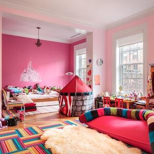Immagine di un'ampia cameretta per bambini da 4 a 10 anni chic con pareti rosa e parquet chiaro