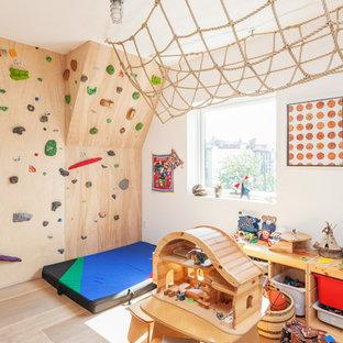 Idéer för ett modernt könsneutralt barnrum kombinerat med lekrum och för 4-10-åringar, med vita väggar och ljust trägolv
