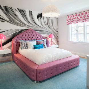 Exempel på ett stort modernt barnrum kombinerat med sovrum, med vita väggar, heltäckningsmatta och turkost golv