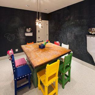 Inredning av ett modernt litet könsneutralt barnrum kombinerat med lekrum och för 4-10-åringar, med svarta väggar och klinkergolv i keramik