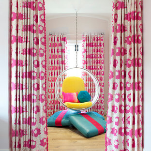 Esempio di una cameretta per bambini contemporanea di medie dimensioni con pareti bianche e parquet chiaro