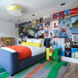 Großes Modernes Kinderzimmer mit weißer Wandfarbe, Schlafplatz und hellem Holzboden in New York