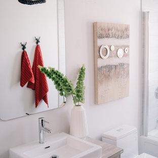 Foto på ett litet industriellt barnrum, med grå väggar, klinkergolv i porslin och svart golv