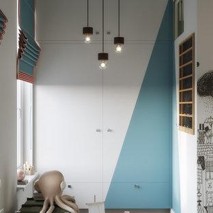 Idee per una piccola cameretta per bambini design con pareti blu, pavimento in bambù e pavimento marrone