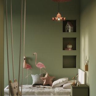 Ejemplo de dormitorio infantil actual, pequeño, con paredes verdes, suelo de bambú y suelo marrón
