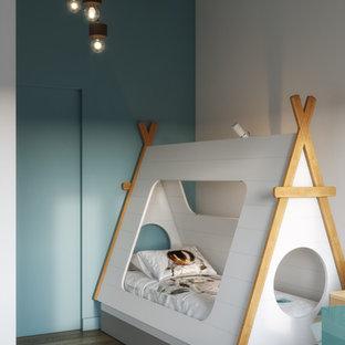 Foto di una piccola cameretta per bambini minimal con pareti blu, pavimento in bambù e pavimento marrone