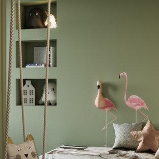 Idées déco pour une petit chambre d'enfant contemporaine avec un mur vert, un sol en bambou et un sol marron.