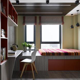 Diseño de dormitorio juvenil madera, contemporáneo, de tamaño medio, con suelo marrón y paredes verdes