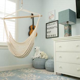 Bild på ett stort maritimt barnrum kombinerat med sovrum, med blå väggar, heltäckningsmatta och beiget golv