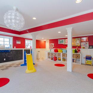 Exempel på ett modernt könsneutralt barnrum kombinerat med lekrum, med heltäckningsmatta och flerfärgade väggar