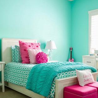 Imagen de dormitorio infantil tradicional con paredes azules y moqueta