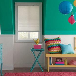 Eklektisk inredning av ett stort barnrum kombinerat med sovrum, med blå väggar, mellanmörkt trägolv och brunt golv
